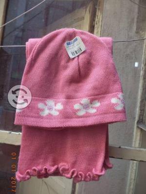 Bufanda y gorro con etiquetas