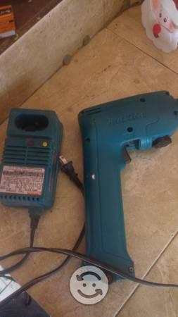 Taladro atornillador y lámpara makita 9.6 volts