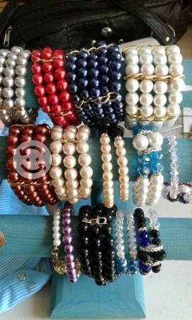 Variedad de pulseras dé perlas y cristal