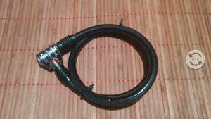 Un candado de cable de acero de combinacion