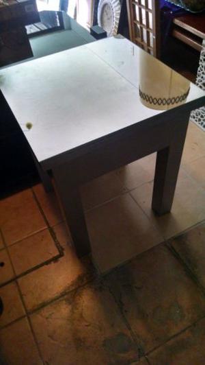 Mesa de madera con espejo