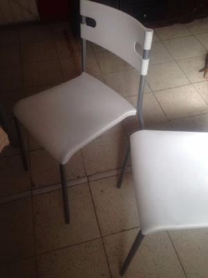 Sillas blancas de plastico con acero