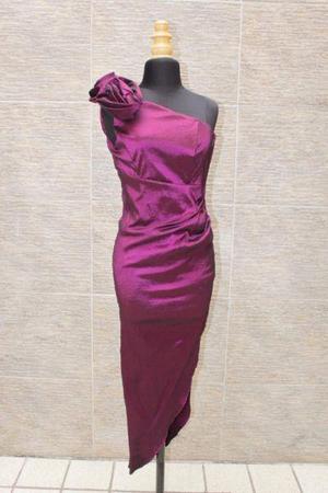 Vestido de Noche con Corte Asimétrico en Falda