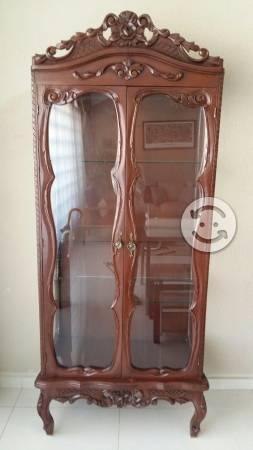 Exhibidor clásico de madera y cristal