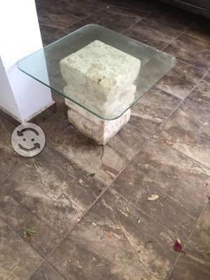 Mesa de cristal con base de cantera