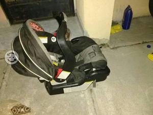 Porta bebe con base de carro