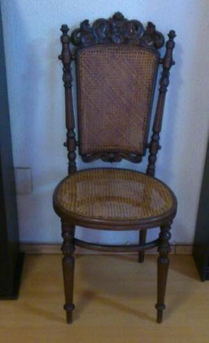 Silla Austriaca de madera tallada y bejuco.