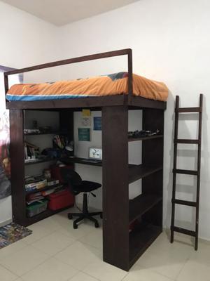 Cama, colchón, escritorio, libreros, silla $