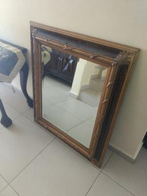 Espejo biselado con marco de madera labrado