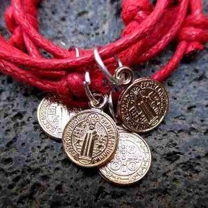 Pulsera De Cordón Rojo Con Medalla De San Benito $10