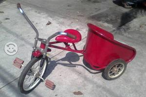 Triciclo antiguo de color rojo de colección