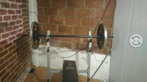 Estación de ejercicio con barra y dos discos de 20