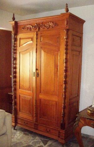 Antiguo Ropero de Cedro Blanco