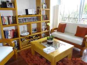 Sala con librero y mesas de Cedro Blanco y Ayacahuite