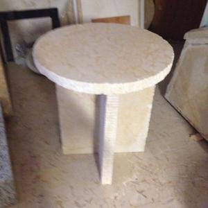 Clase diseño y estilo en esta mesa lateral de mármol