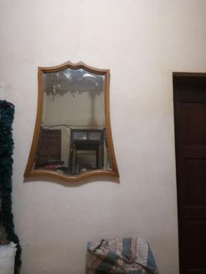 Dos espejos con marco de madera. Impecables.