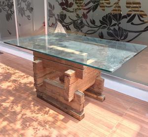 Mesa minimalista elegante de cristal con base de madera