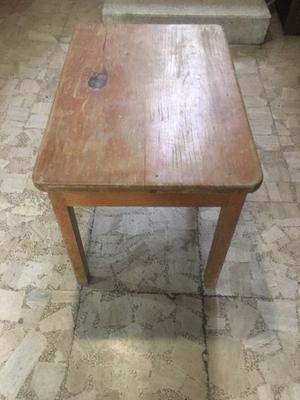 Pequeña mesa de madera de pino