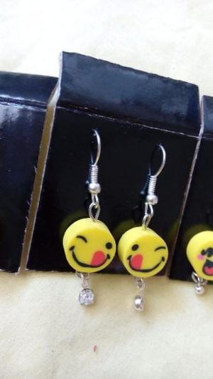 Aretes mini de emoji o emoticones