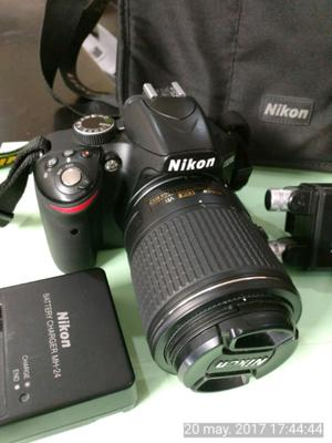 Cámara réflex Nikon D con accesorios