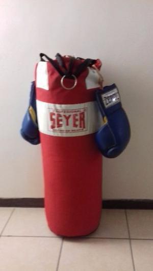 Costal de box con guantes de boxeo