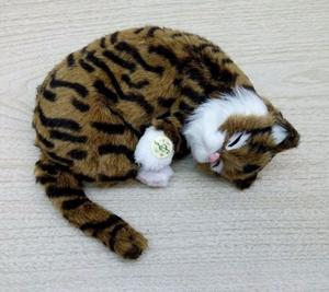 Tierno Gato de Peluche que ronca y respira incluye pilas