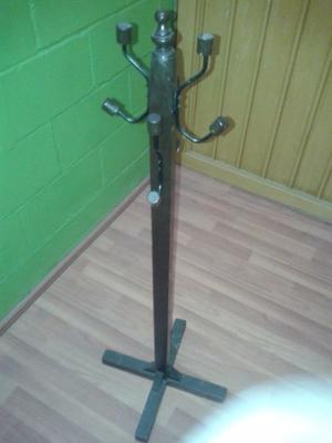 Perchero de madera con ganchos de metal