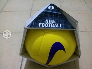 Balones de futbol Nike y Adidas