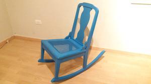 Mecedora de madera fina en Azul holandés.