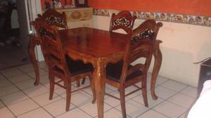 Comedor 4 sillas es de madera en buenas condiciones