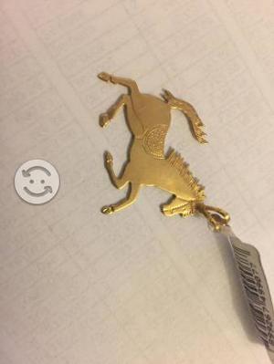 Dije de caballo de oro laminado marca SKILLUS