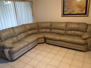 Sala con sofá cama y reposet