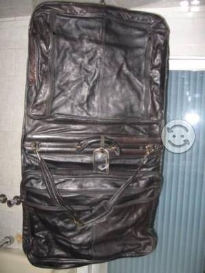 Porta trajes de cuero, nueve bolsas, color negro