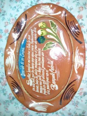 Un plato de ceramica nuevo para ponerse en la cocina.