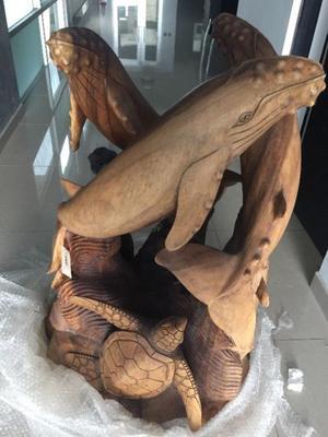 Escultura de ballenas y tortugas