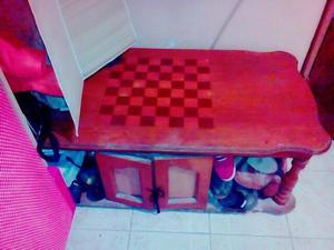 Mesa de centro de madera con ruedas.