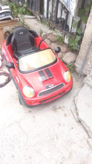 se vende auto mini cooper de juguete color rojo con rayas