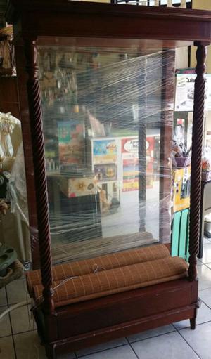 vitrina de madera con espejo