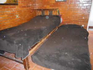 2 camas con colchón y 2 buros antiguos