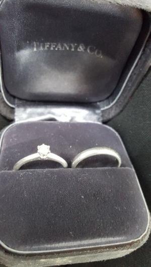 Anillo de compromiso y argolla de platino Tiffany