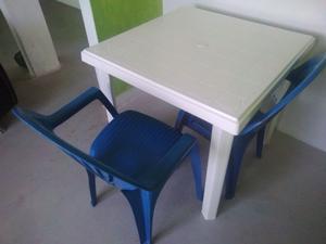 Mesa de plastico con 2 sillas