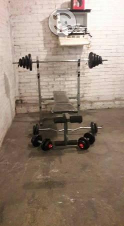 Ofrezco este gimnasio con barras y mancuernas