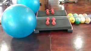 Steps, pelotas pilates, mancuernas