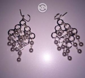 Aretes plateados con perlas