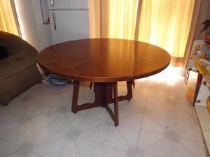 Mesa redonda de comedor sin sillas.