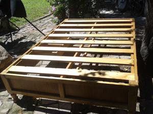 Se vende base de cama matrimonial de madera