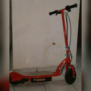scooter eléctrico Razor E100 sin cargador.