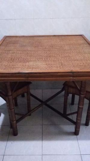 Mesa de bamboo y mimbre