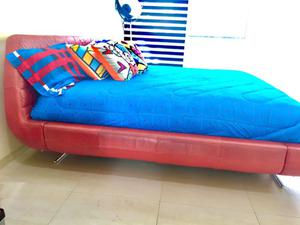 Vendo cama King size de piel roja (incluye colchón)