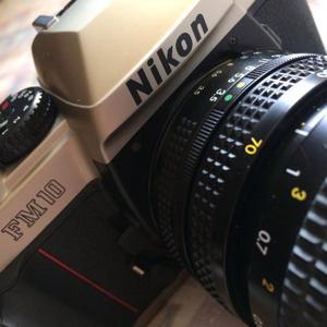 Cámara reflex Nikon FM10 usada